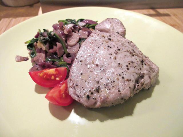 Steak z tuňáka se špenátem a ořechy