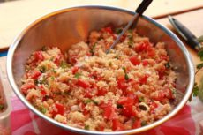 Salát z kuskusu s cizrnou, feta sýrem a rajčaty