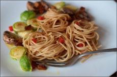 Špagety s kapustičkami a uzeným tempehem