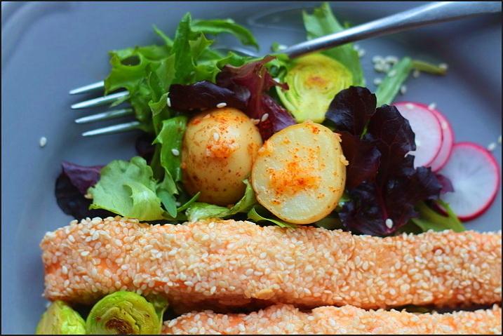 Losos v sezamu se zeleninou a česnekovými brambory