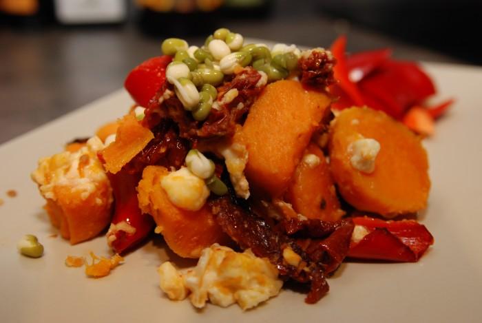 Zapékané batáty se sušenými rajčaty a kozím sýrem