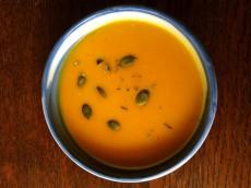 Dýňová polévka s červenou čočkou a sladkou bramborou
