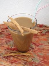 Ledová káva s mandlovým mlékem a skořicí