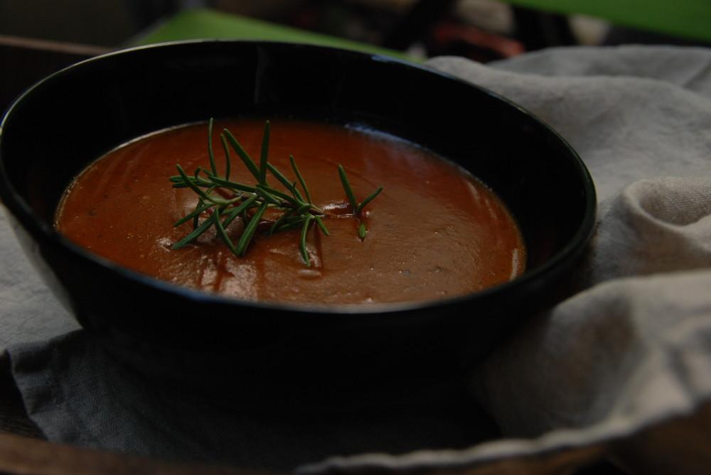 Polévka z restované dýně, červené řepy a červené cibule s rozmarýnou